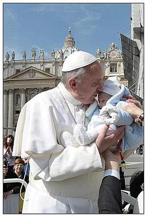 papa francisco e um bebé web