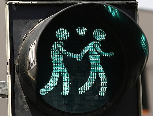 Vienna_traffic_gay_light_web